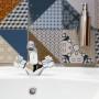 Nová koupelna, retro design obkladů a baterie